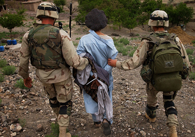 Soldados estadounidenses conducen un preso afgano (archivo)