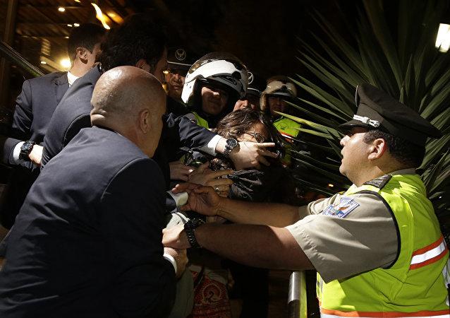 Guardia agrede a mujer antes de apariencia de presidente turco, Ecuador