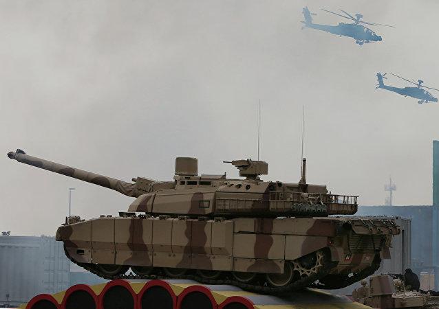 Las fuerzas de EAU  durante un show militar en durante la exhibición de defensa en Abu Dhabi