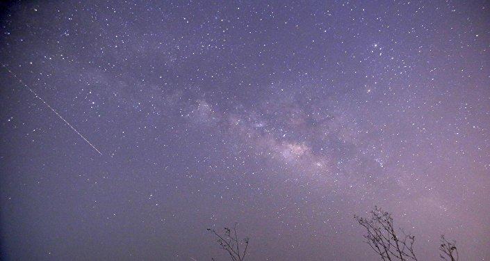 Un meteorito cae en el cielo (archivo)