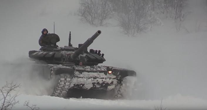 Tanques T-72 maniobran sobre la nieve (archivo)