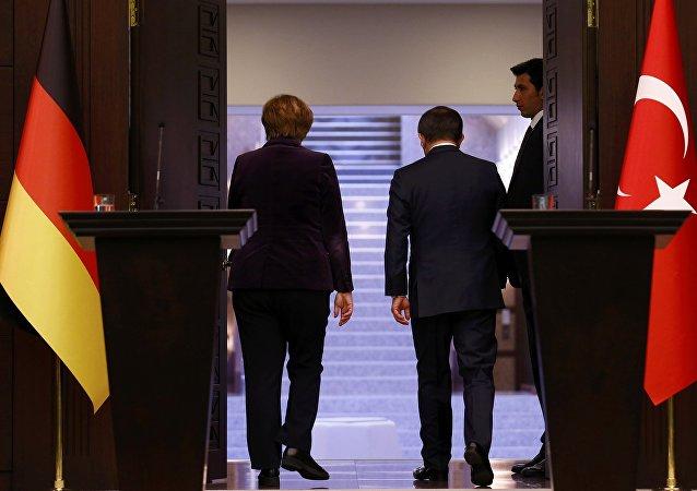 Canciller de Alemania, Angela Merkel, y ministro de Exteriores de Turquía, Ahmet Davutoglu
