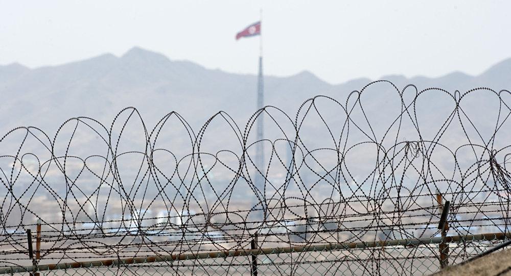 La bandera de Corea del Norte cerca de la zona desmilitarizada en la Frontera intercoreana