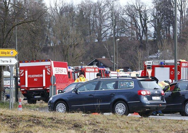 Los bomberos y rescatistas en el sitio de la colisión de trenes en Bad Aibling, Alemania