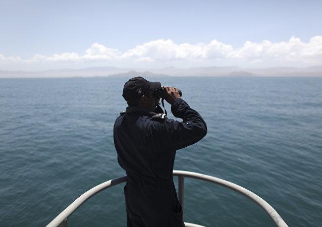 Un marinero con unos binoculares (imagen referencial)