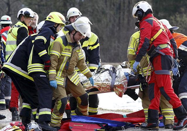 Socorristas en el lugar de la colisión de trenes en Baviera