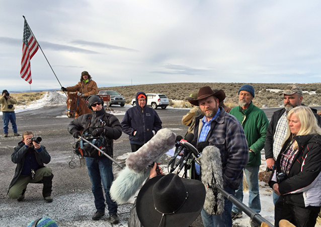 Ammon Bundy y los campesinos armados durante una entrevista (Archivo)