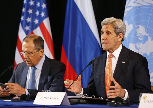 Ministro de Exteriores de Rusia, Serguéi Lavrov y secretario de Estado de EEUU, John Kerry (archivo)