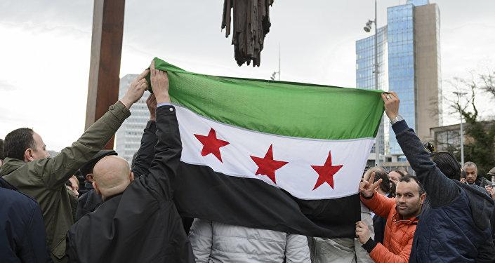 Los partidarios del Alto Comité de Negociaciones de Siria con la bandera de Siria