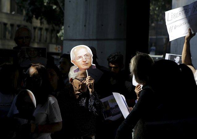 Partidaria de Antonio Ledezma con una pancarta con su rostro