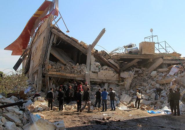 Civiles cerca de un edificio destruido en Idlib, Siria (archivo)