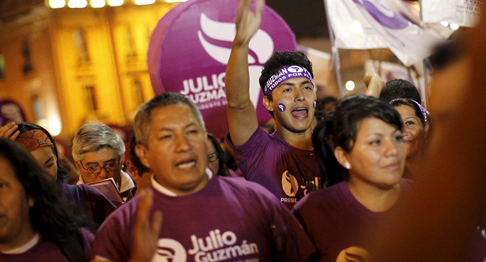 Partidarios de Julio Guzmán durante una manifestación en Lima