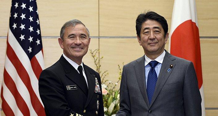 Shinzo Abe, primer ministro de Japón (dcha.) y Harry Harris, comandante de las fuerzas estadounidenses en el Pacífico