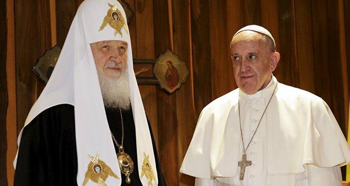 Patriarca ruso Kiril y papa Francisco (archivo)