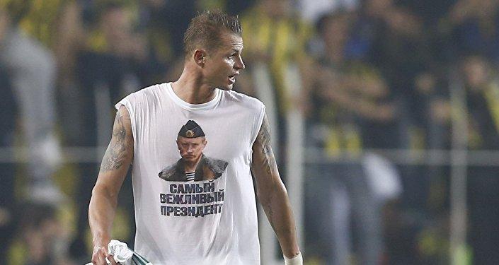 Mediocampista del equipo ruso de fútbol Lokomotiv, Dmitri Tarasov, en una camiseta con imagen del presidente ruso, Vladímir Putin