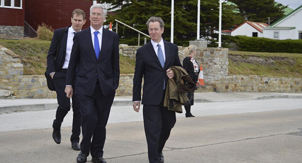 Michael Fallon, ministro de Defensa  británico, y Colin Roberts, gobernador de las Islas Malvinas