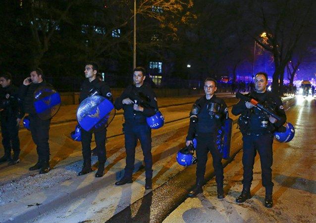 Policías turcos en el lugar del atentado en Ankara (Archivo)