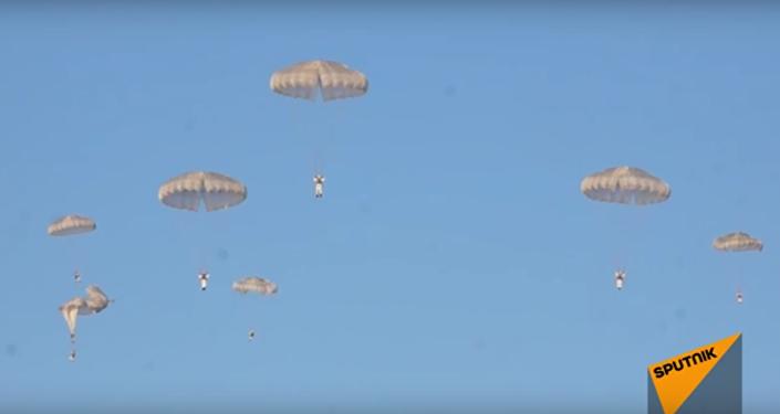 Desembarco aéreo de más de mil paracaidistas rusos
