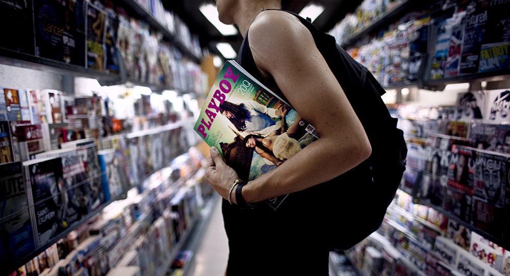 Un hombre con la revista Playboy