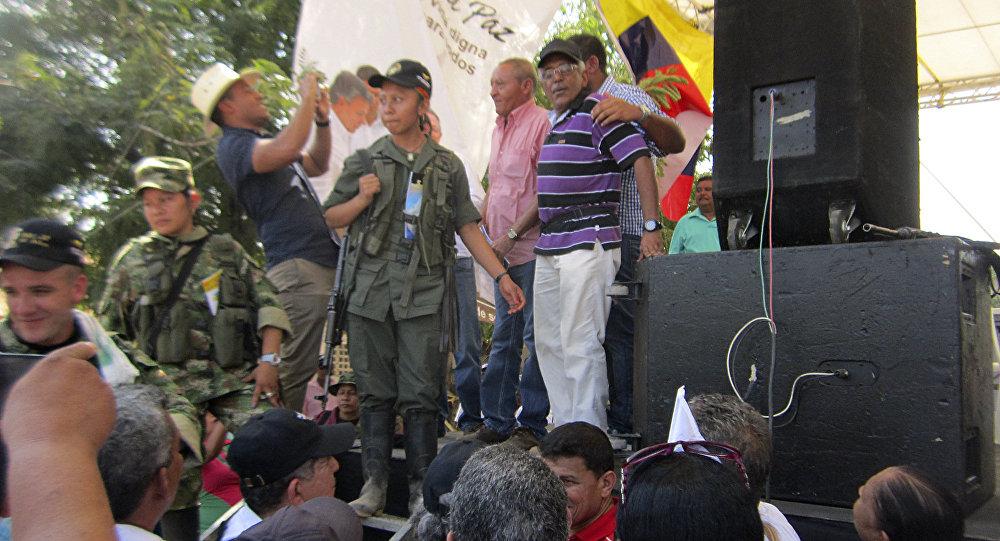 Guerrilleros de las FARC hacen campaña por la paz en plaza pública de Colombia