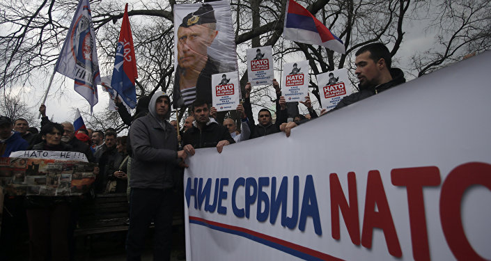 Manifestantes serbios protestan contra la cooperación con la OTAN