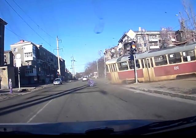 """El verdadero """"Renacido"""": Tranvía atropella a un hombre en Ucrania"""