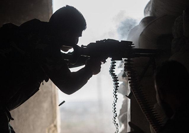 Soldado del Ejército sirio en una barrio de la ciudad de Alepo