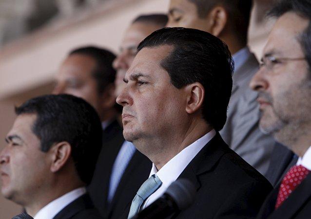 Presidente de Honduras, Juan Orlando Hernández y los miembros de la MACCIH en una rueda de prensa en Tegucigalpa
