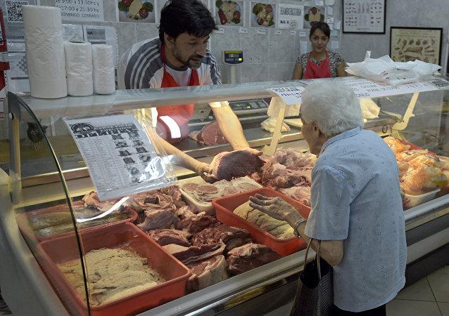Mujer argentina en una carnicería en Buenos Aires