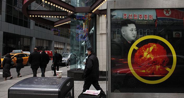 Un cartel en Nueva York contra el desarrollo de armas nucleares por Corea del Norte