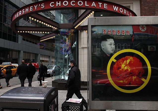 Un cartel en Nueva York, EEUU, contra el desarrollo de armas nucleares por Corea del Norte