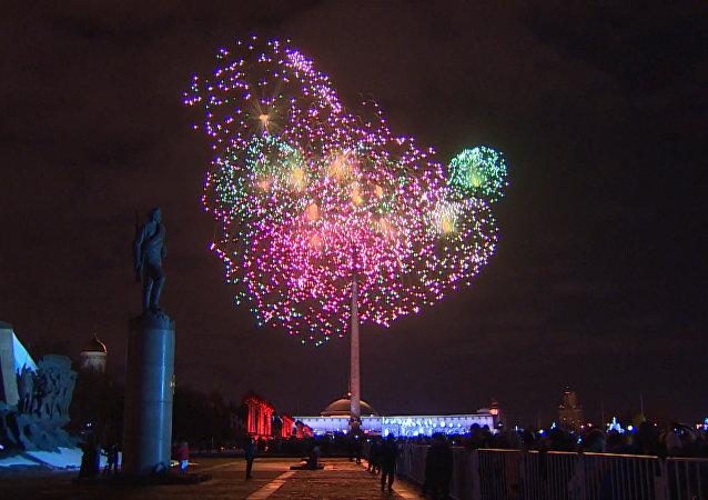 En Rusia lanzan fuegos artificiales el Día de los Defensores de la Patria