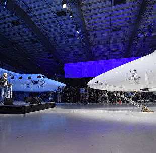 Sir Richard Branson, fundador del Grupo Virgin, junto a la nave espacial tripulada SpaceShipTwo (archivo)