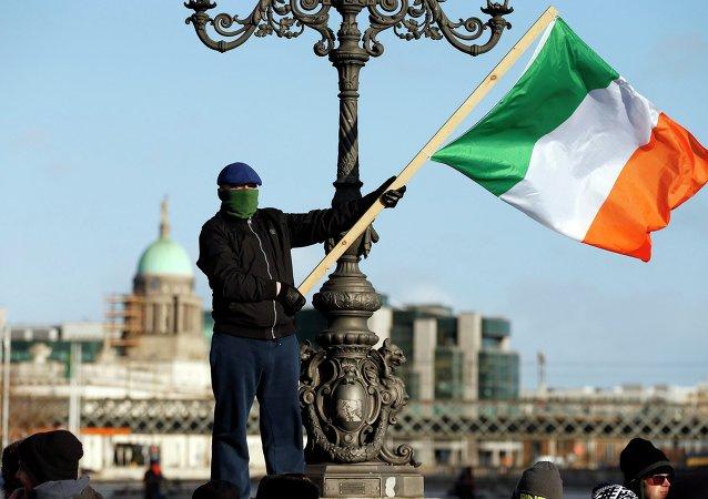 Un manifestante con la bandera de Irlanda