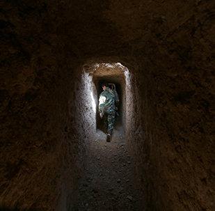 Soldado del ejército sirio en una trinchera en Damascus, Siria