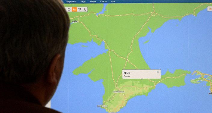 Un hombre mira en el mapa de la península de Crimea