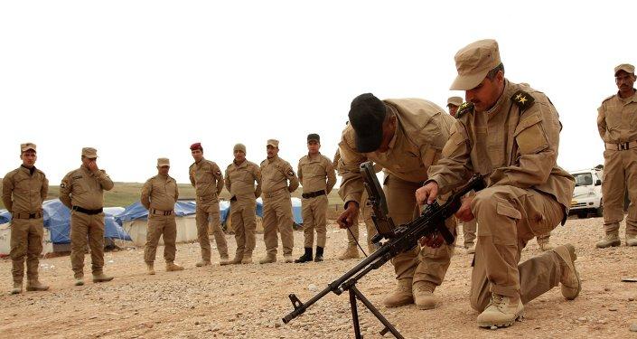 Voluntarios de Mosul preparándose para luchar contra Daesh