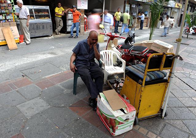 Un hombre esperando clientes
