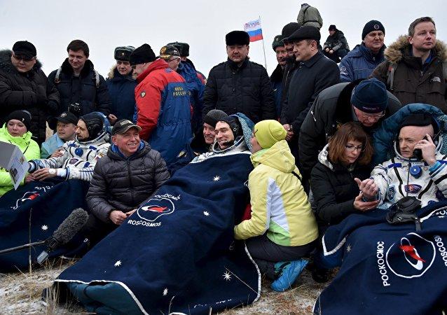 Mijaíl Kornienko, Serguéi Volkov y Scott Kelly tras el aterrizaje de la Soyuz