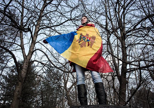 Una mujer con la bandera nacional de Moldavia