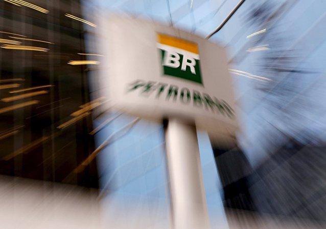 Logo de Petrobras cerca de la sede de la empresa