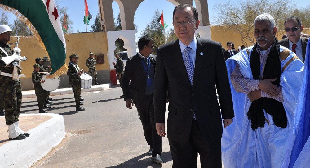 Ban Ki-moon durante su visita a los campos de refugiados saharauis en Argelia
