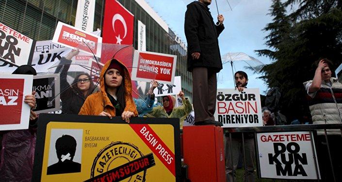 Manifestación de protesta en frente de la sede del periódico Zaman