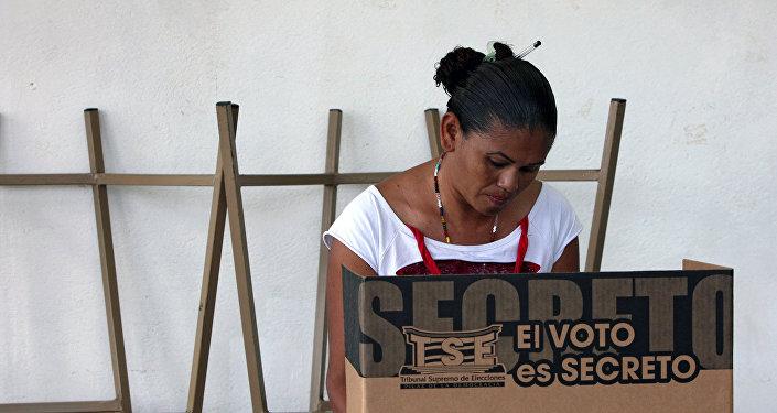 Costarricenses votan en elecciones