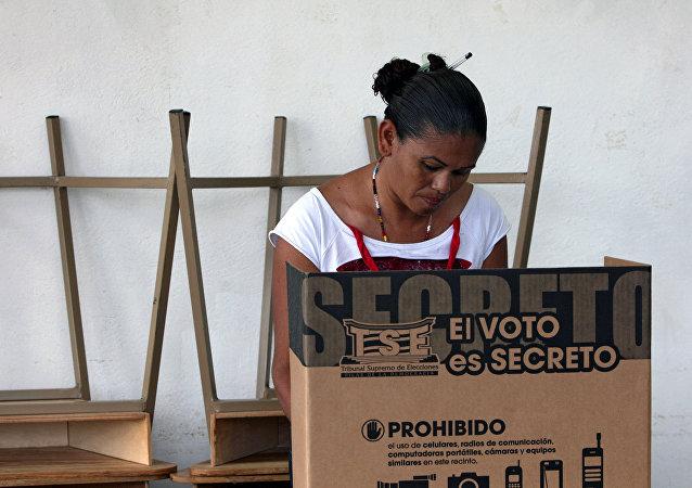 Una mujer vota en Costa Rica (archivo)