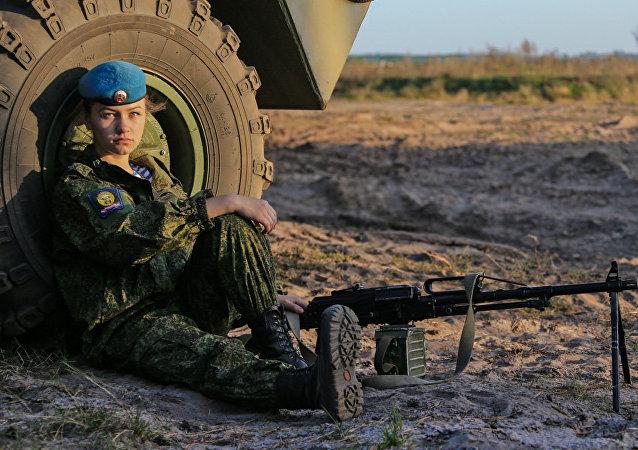 Una cadete de la academia superior de fuerzas aerotransportadas de Riazán