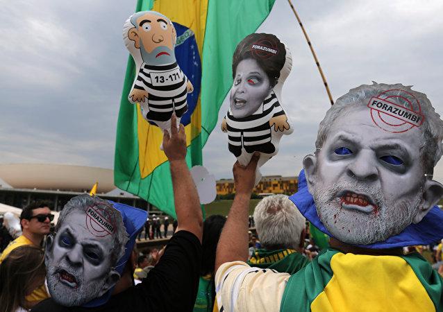 Manifestación en contra de Luiz Inácio Lula da Silva, el expresidente de Brasil, y la presidenta actual, Dilma Rousseff