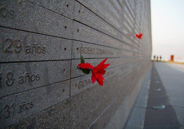 Monumento a las Víctimas del Terrorismo de Estado, con los nombres de los desaparecidos y asesinados durante la dictadura en Argentina (1976-1983)