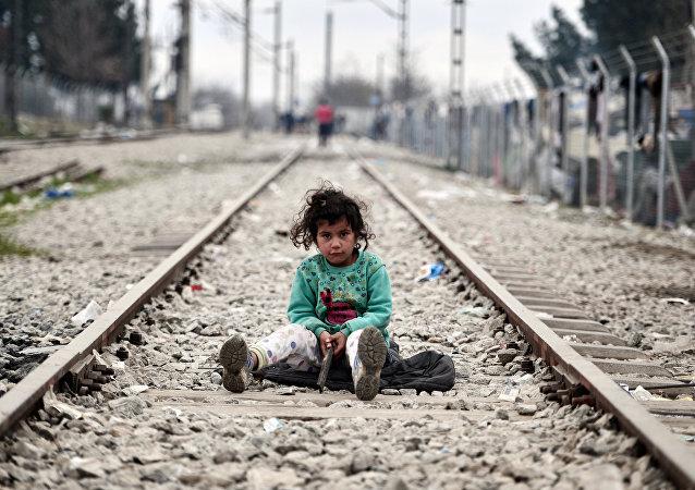 Una niña migrante en la frontera entre Grecia y Macedonia