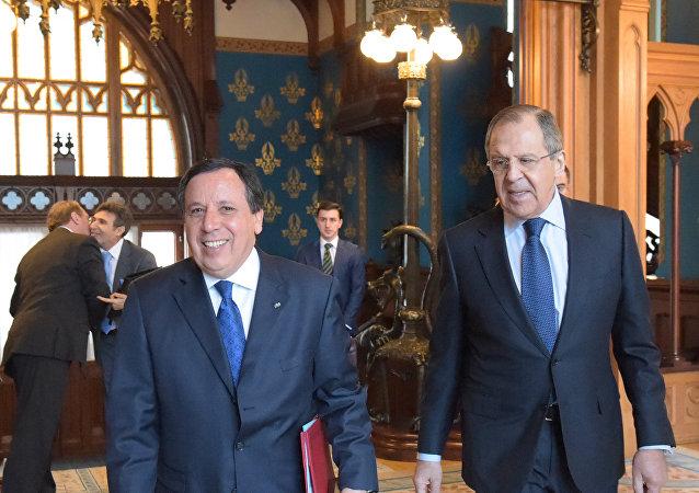 Ministro de Asuntos Exteriores de Rusia, Serguéi Lavrov, y el ministro de Asuntos Exteriores de Túnez, Khemaies Jhinaoui